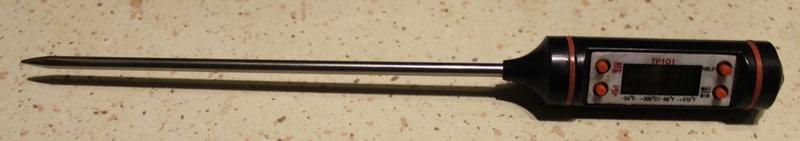 Jeg bruker et slikt termometer for å måle temperaturen til sjokoladen