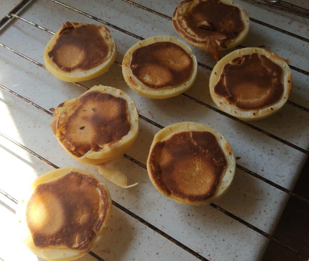 Syv ferdige pannekaker på ei rist!